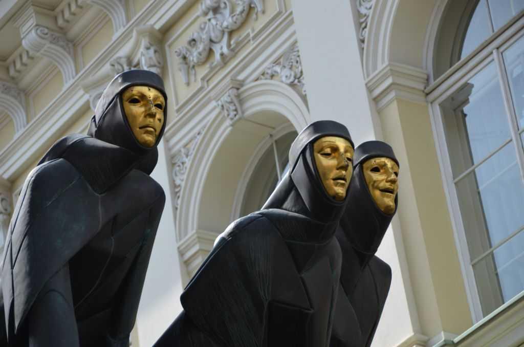 Litvanya'nın başkenti Vilnius'taki Ulusal Drama Tiyatrosunda Dram, Trajedi ve Komediyi temsil eden üç esin perisi…