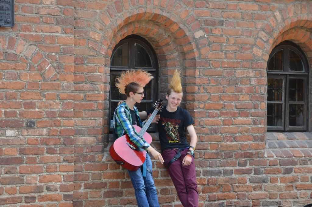 Litvanya'nın başkenti Vilnius'un Uzupis bohem bölgesinde fotoğraflarını çektiğimizi görünce bizden bahşiş alan gençler…