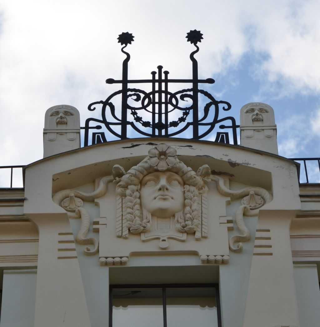 Eski kentteki Art Nouveau örneği bir yapının çatı detayı…