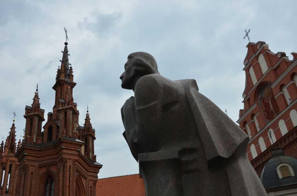 St. Anne Kilisesi (Šv. Onos bažnyčia ) ve önündeki şair Adam Mickiewiczheykeli…