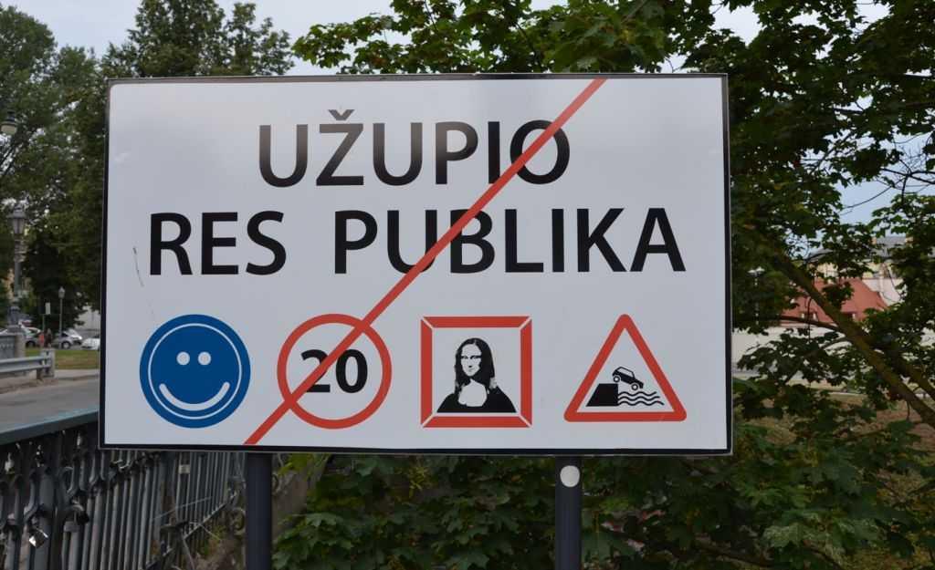 Uzupis'in sembolik cumhuriyetinin tabelası… Her yıl 1 nisanda bölge sakinleri kendi kendilerine ilan ettikleri özerk cumhuriyetin Bağımsızlık Günü'nü kutlarlar…