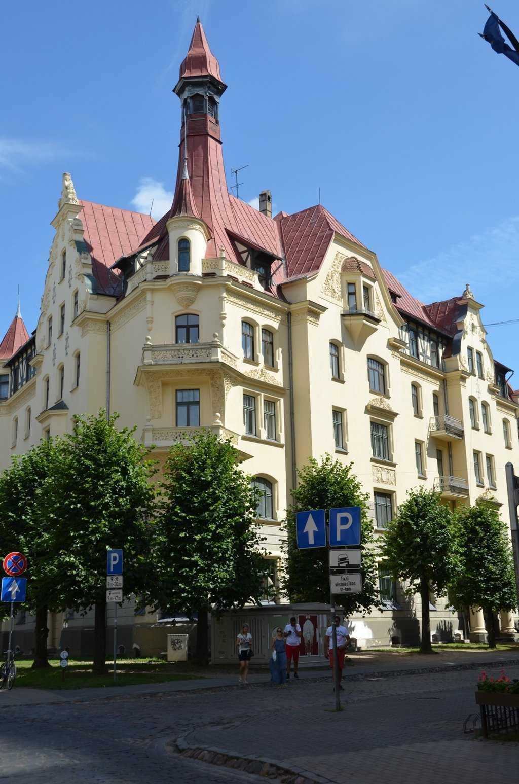 Riga Art Nouveau Müzesinin Ulusal Romantizm tarzındaki Art Nouveau yapısı. 1903, Mimar KonstantinsPēkšēnsve Eižens Laube.