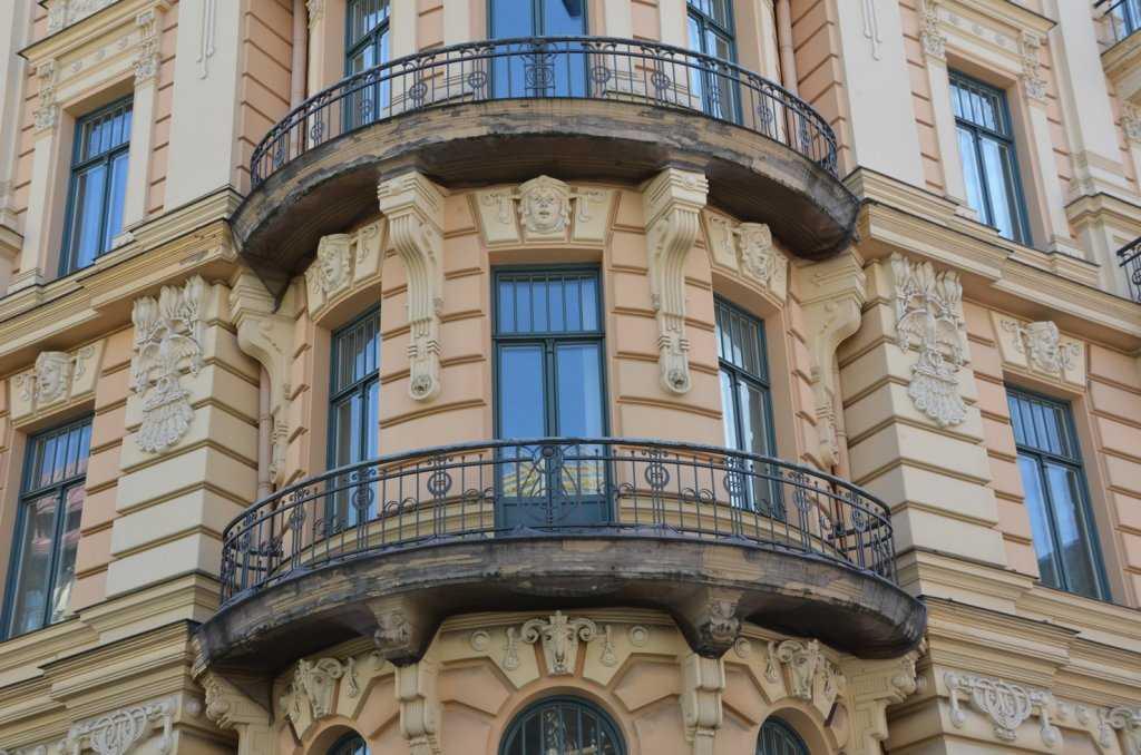 Alberta iela 13 adresindeki Art Nouveau apartmanının köşe balkon detayı. Metal balkon korkulukları tipik Art Nouveau çizgisindedir…