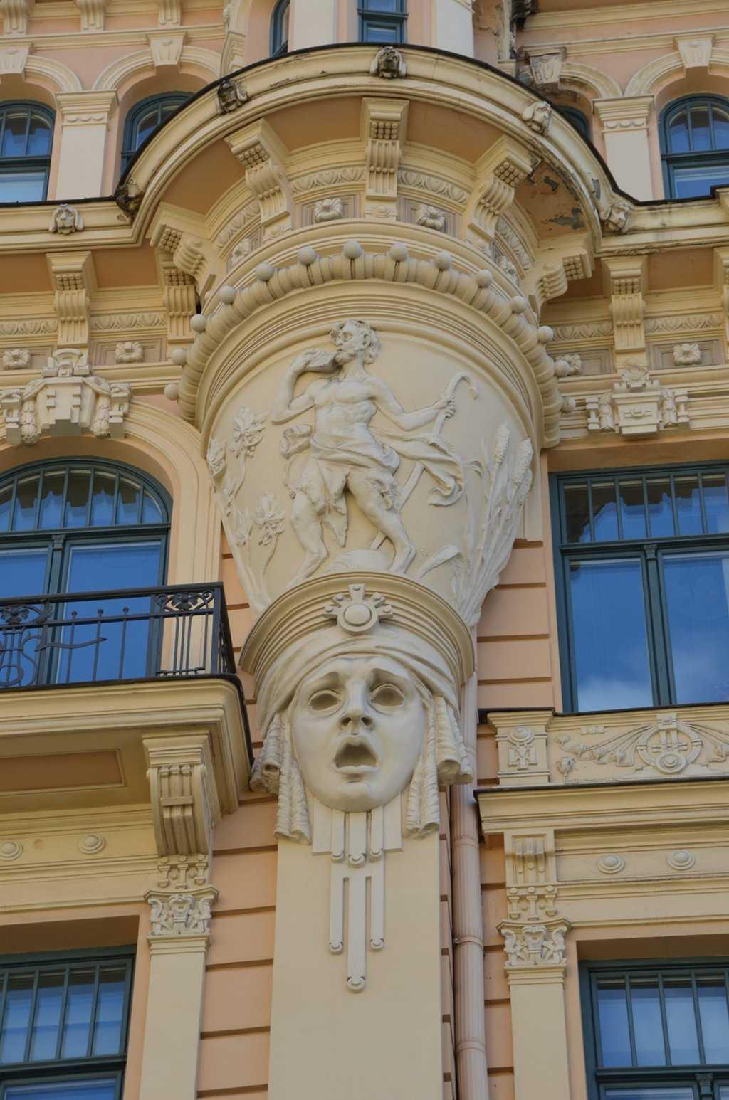 Alberta iela 13 adresindeki Art Nouveau apartmandan detay – Maskenin tacı özgürlük, güneş ve zaferi temsil ediyor…