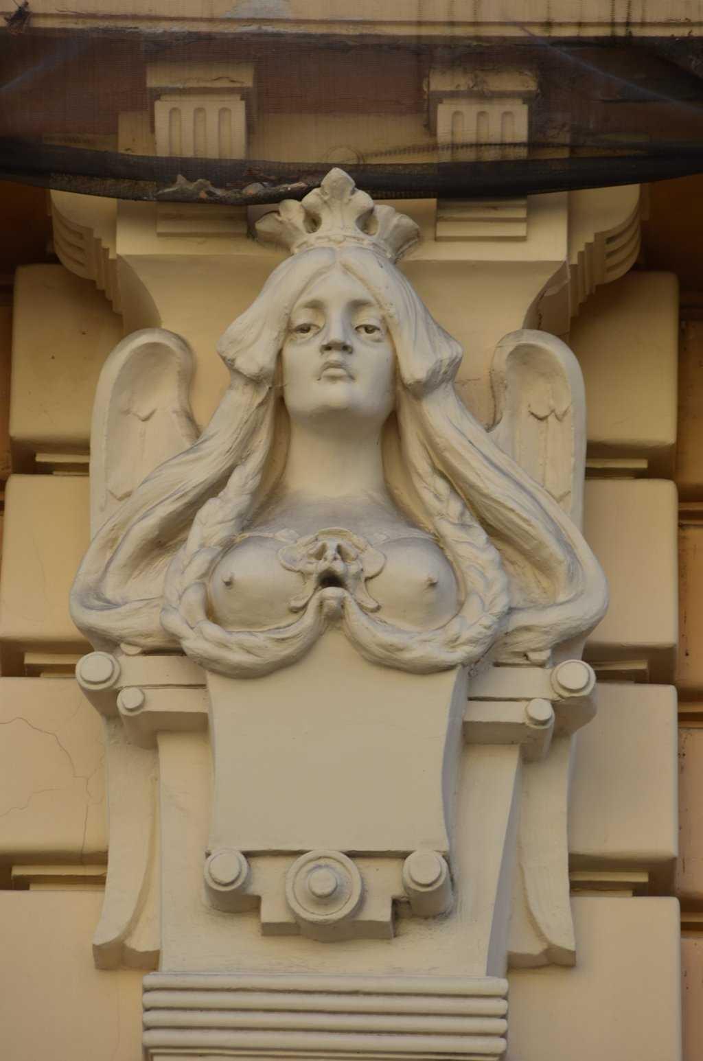 Alberta iela 13 adresindeki Art Nouveau apartmanındaki güzelliği temsil eden sayısız kadın figürlerinden biri…