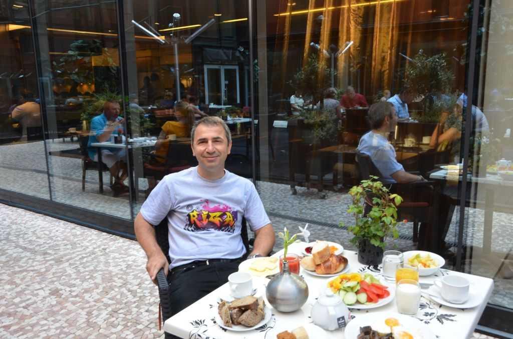 Radisson Elizabete Otelinin üstü açık avlusundaki zengin kahvaltı… Murat'a özel yaptırdığımız tişörtü ile…
