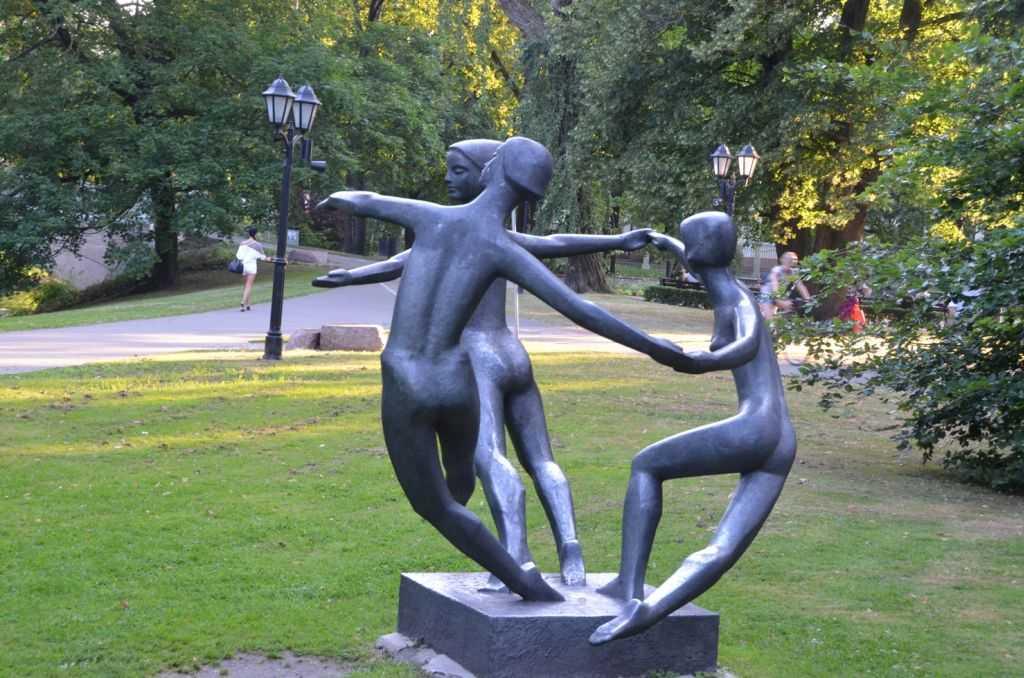 Kronvalda Parkındaki Barış Dansı Heykeli ( Dance of Peace)… Heykeltıraş Parsla Zalkalne,1970