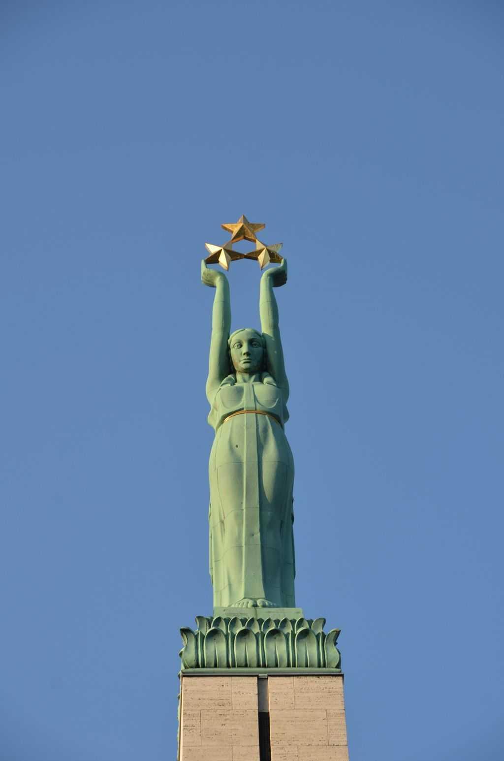 Özgürlük anıtında Milda olarak bilinen bu kadın heykeli üç altın yıldız taşıyor ve bunlar Letonya'nın üç kültürel bölgesini temsil ediyorlar. Kurzeme, Vidzeme ve Latgale. Sovyet döneminde yetkililer halka bu anıta çiçek koymayı yasaklamışlar ve biraz öteye Lenin heykeli yerleştirmişlerdi…