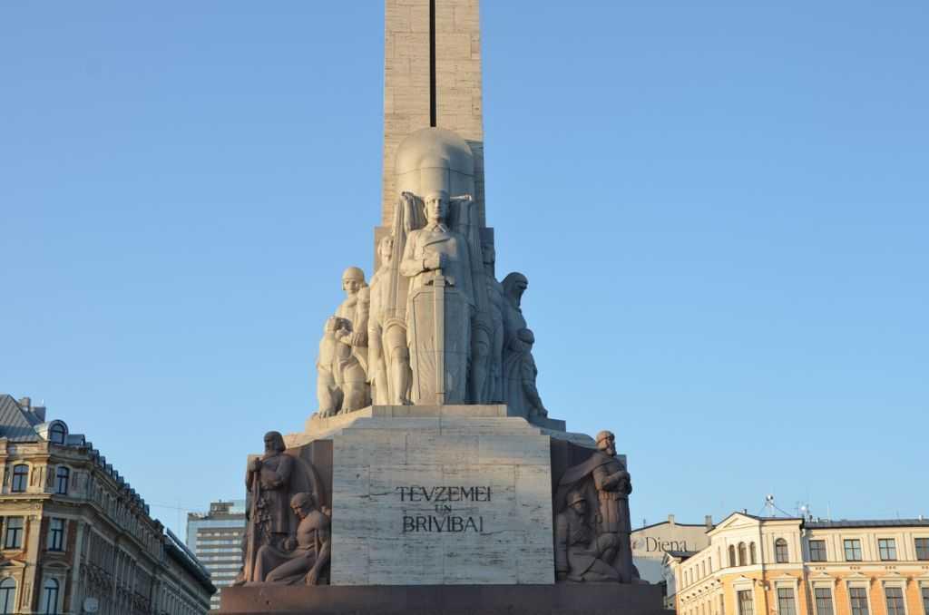 Meydandaki özgürlük heykelinin granit bazlı bu rölyef ve heykelleri dört erdemi temsil ediyorlar. İş, tinsel yaşam, aile ve ülke topraklarının korunması…