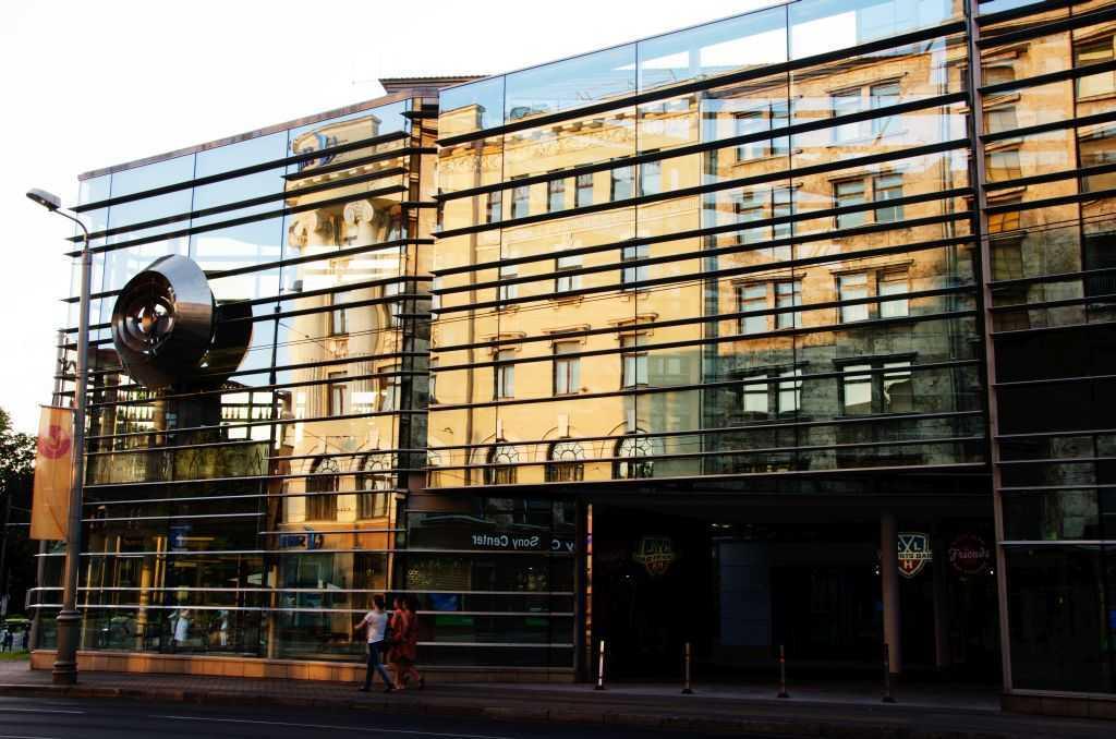 Riga'nın modern mimarisine yansıyan eski kent silueti…