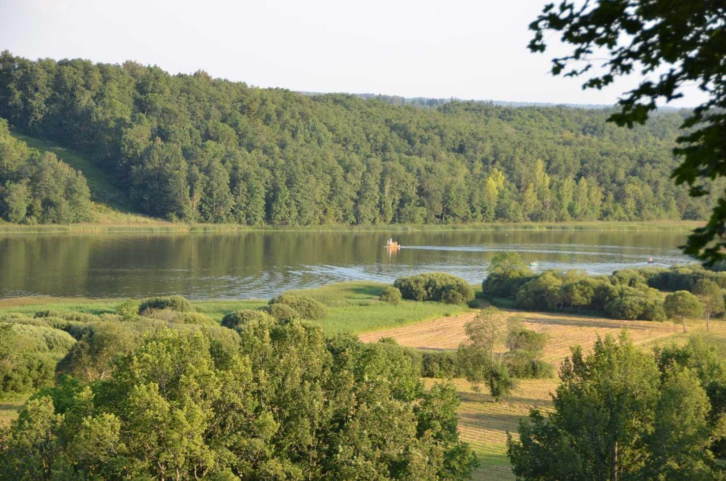 Festivalin ormanlık alanı tepeden kuşbakışı Viljandi Gölünü görüyor…