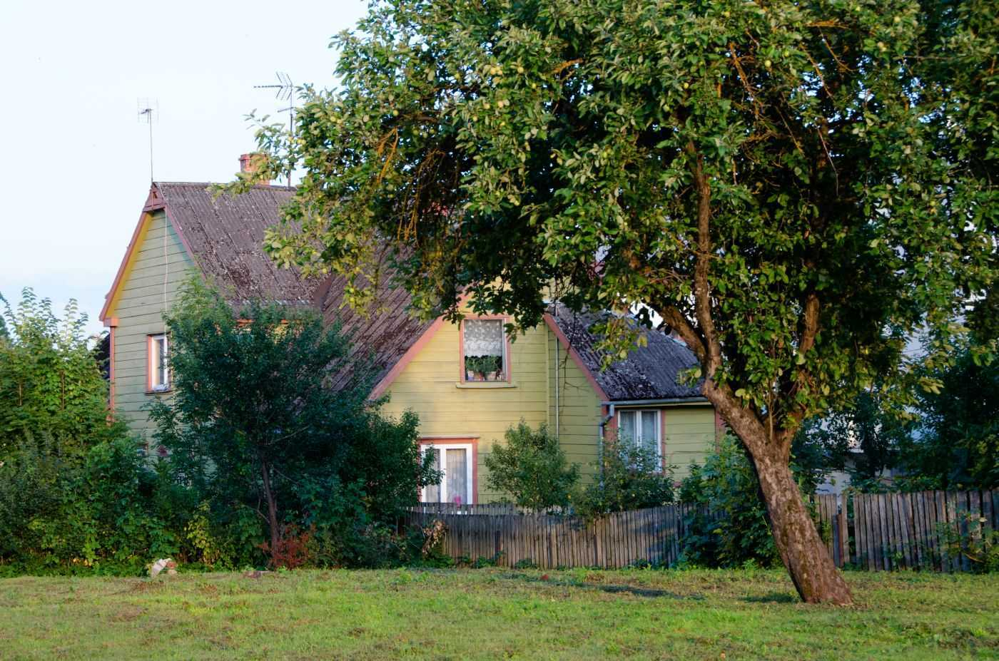 Viljandi bölgesinin ahşap kır evlerinden biri…