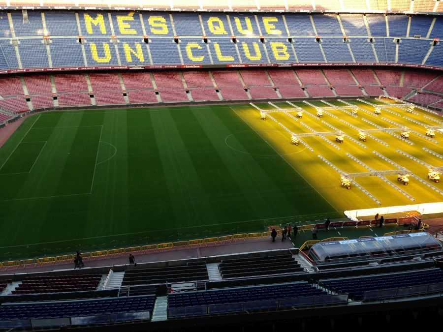 Camp Nou - çimlere özel ışık veriliyor