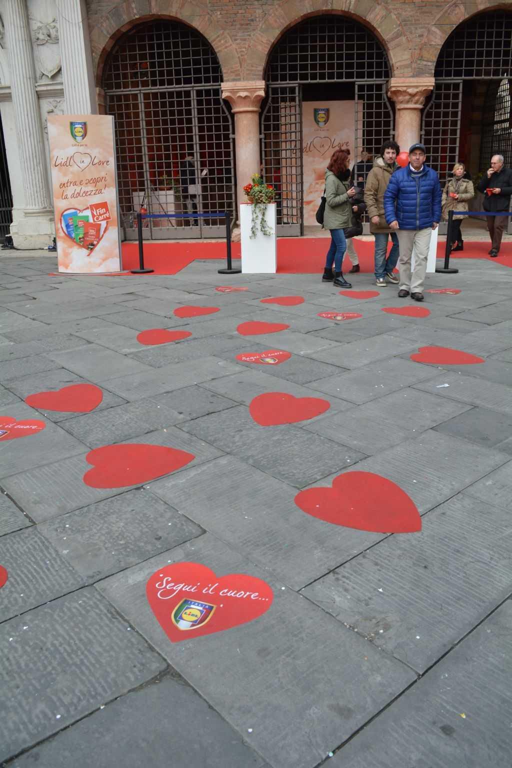 Piazza dei Signori meydanındaki yere yapıştırılmış kalpler sizi aşka dair ne varsa oraya doğru götürüyor :)