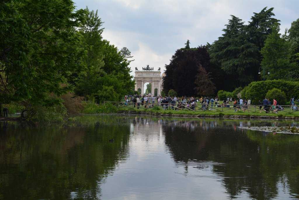 Sempione Parkı - Arka fonda Barış Takı