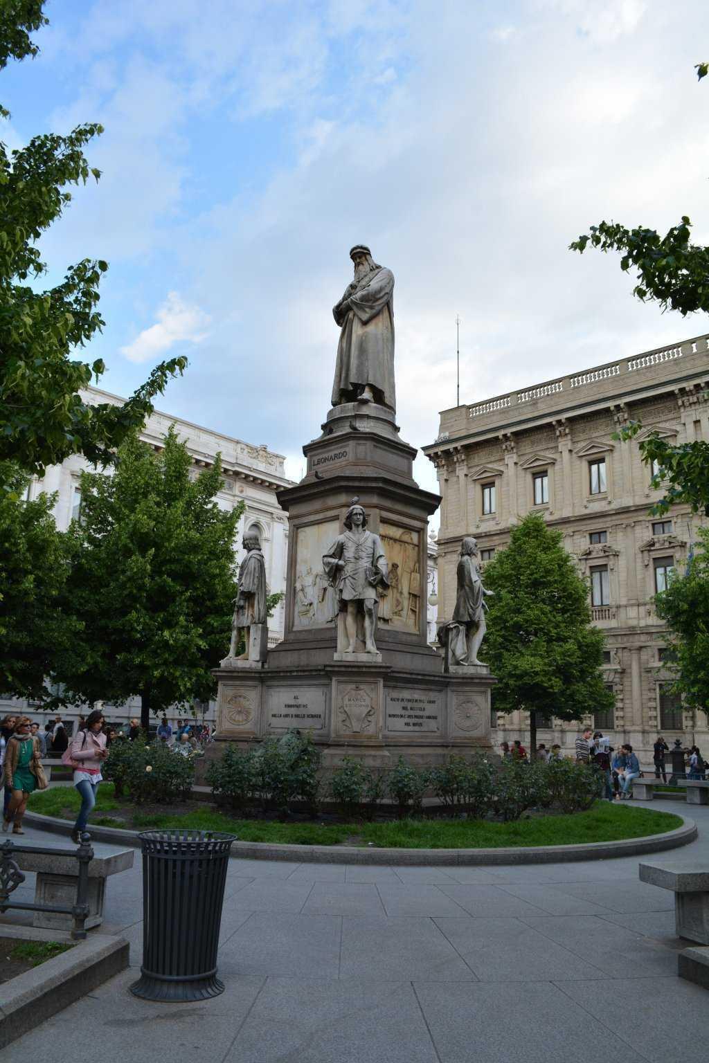 Piazza della Scala - Leonardo da Vinci ve en gözde 4 öğrencisinin heykeli