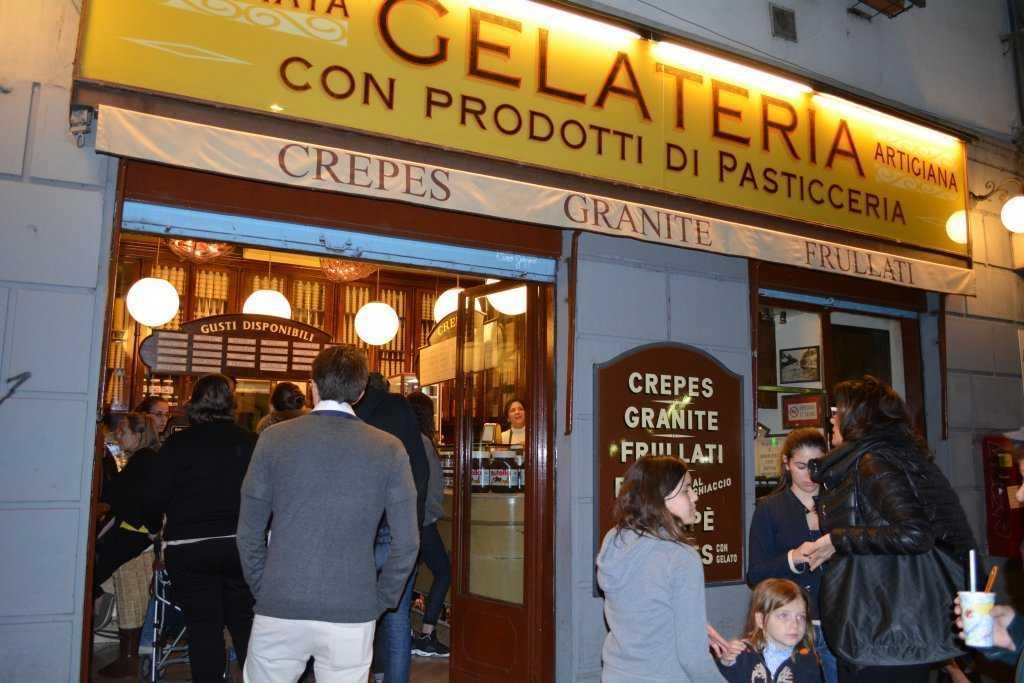 Navigli'de bir dondurma dükkanı