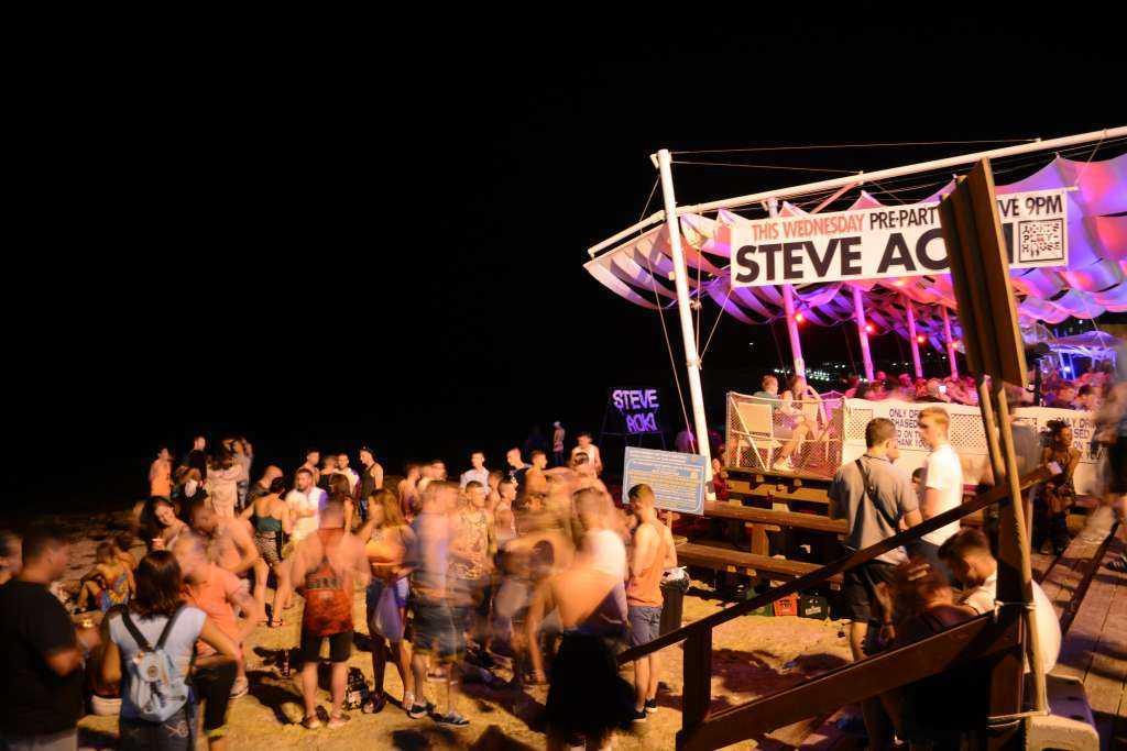 San Antonio Sahilinde bir plaj partisi