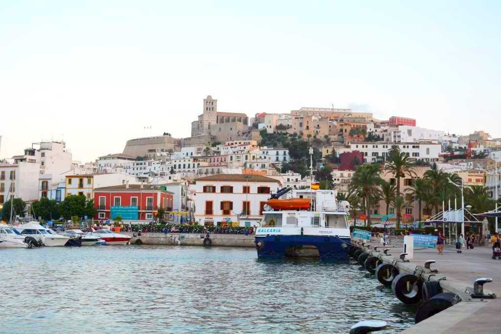 İbiza'nın Marinasından bakınca karşıda Eski Şehir Bölgesi görünüyor...