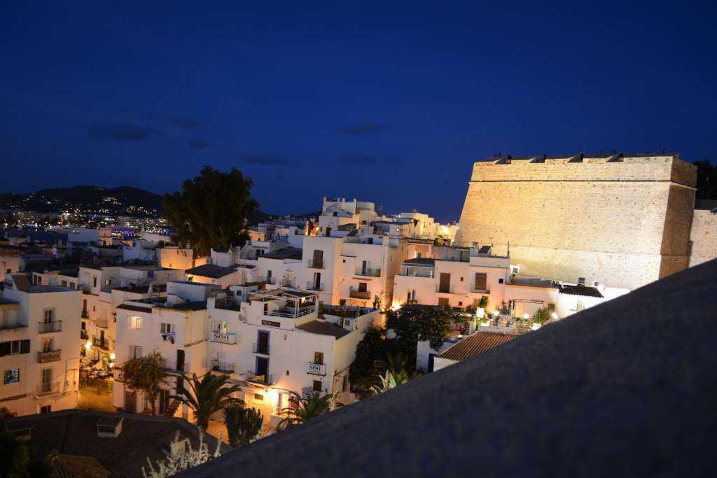 Kale duvarlarından şehir ve deniz manzarası