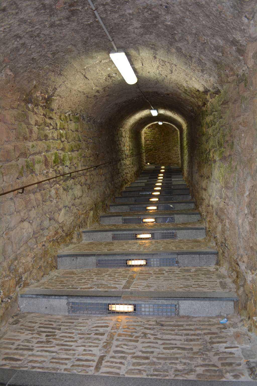 Merdivenli bir geçit daha