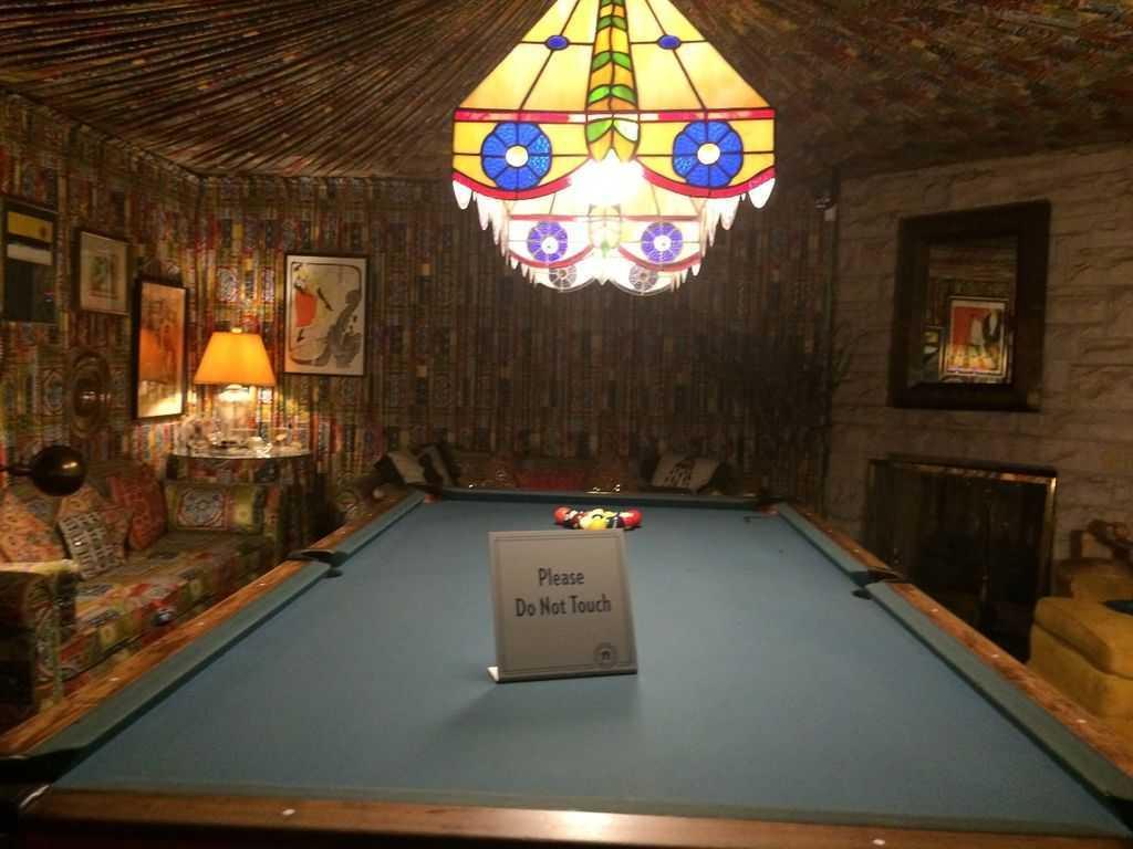 Graceland - Bilardo odası (Duvarlar ve tavan kumaşla kaplanmış)...