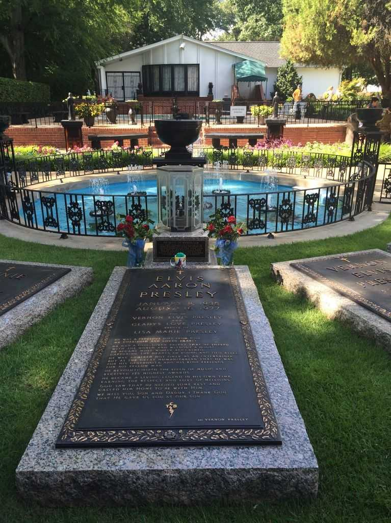 Elvis Presley ile anne ve babasının mezarları
