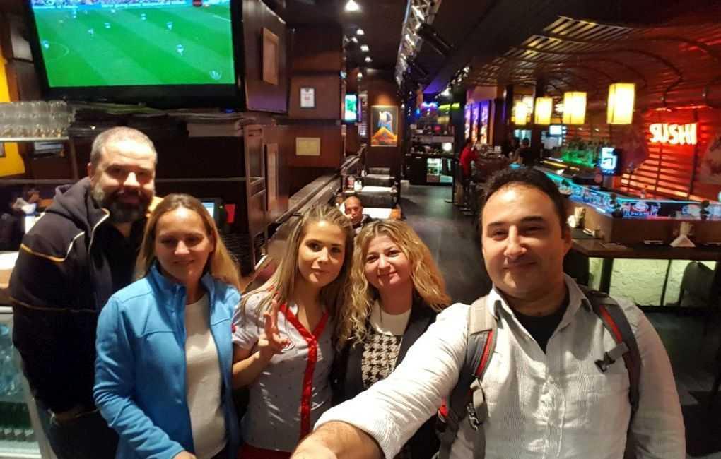 Plovdiv Happy Grill Bar Hatırası, garsonumuz zafer işareti yapıyor :)