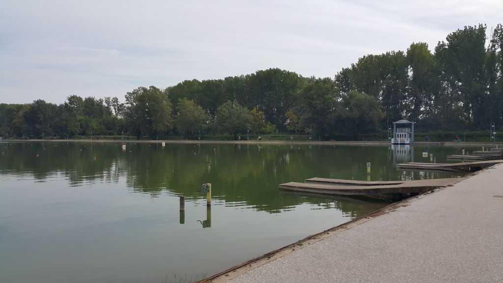 Landmark Creek Hotel & Spa'nın yanındaki gölet ve park