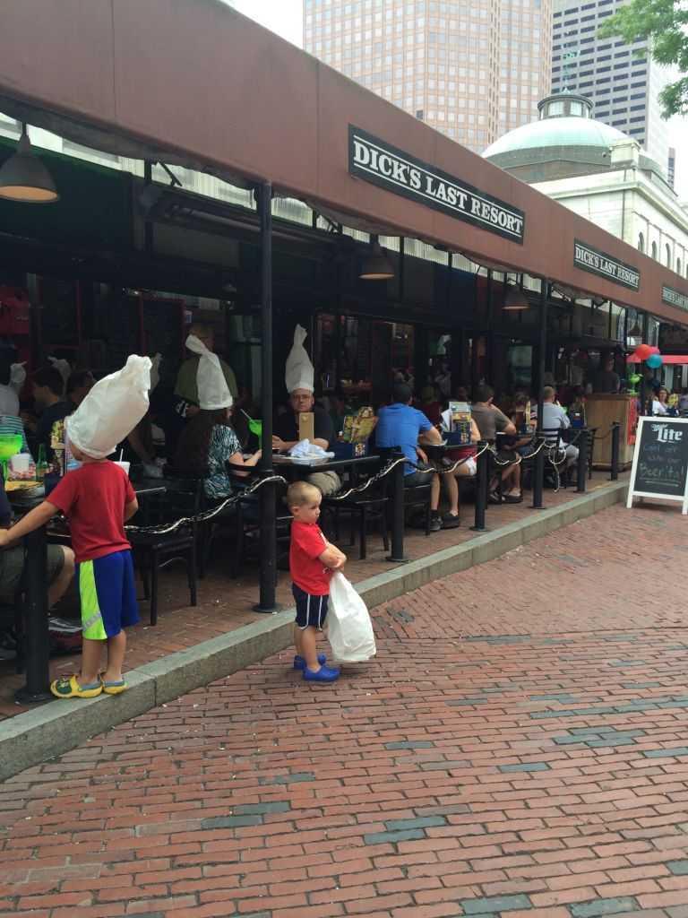 Quincy Marketin etrafında da restaurantlar, dükkanlar var. Saatlerce güzel vakit geçirebilirsiniz.