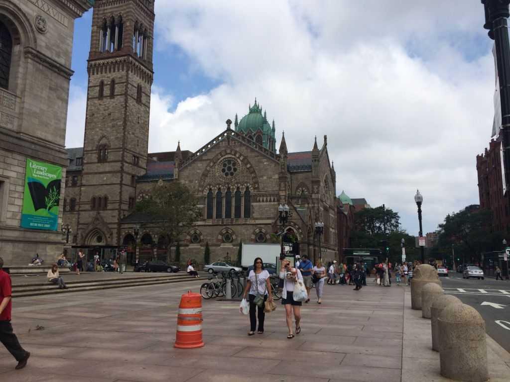 Boston Public Library ve yanında Trinity Church.