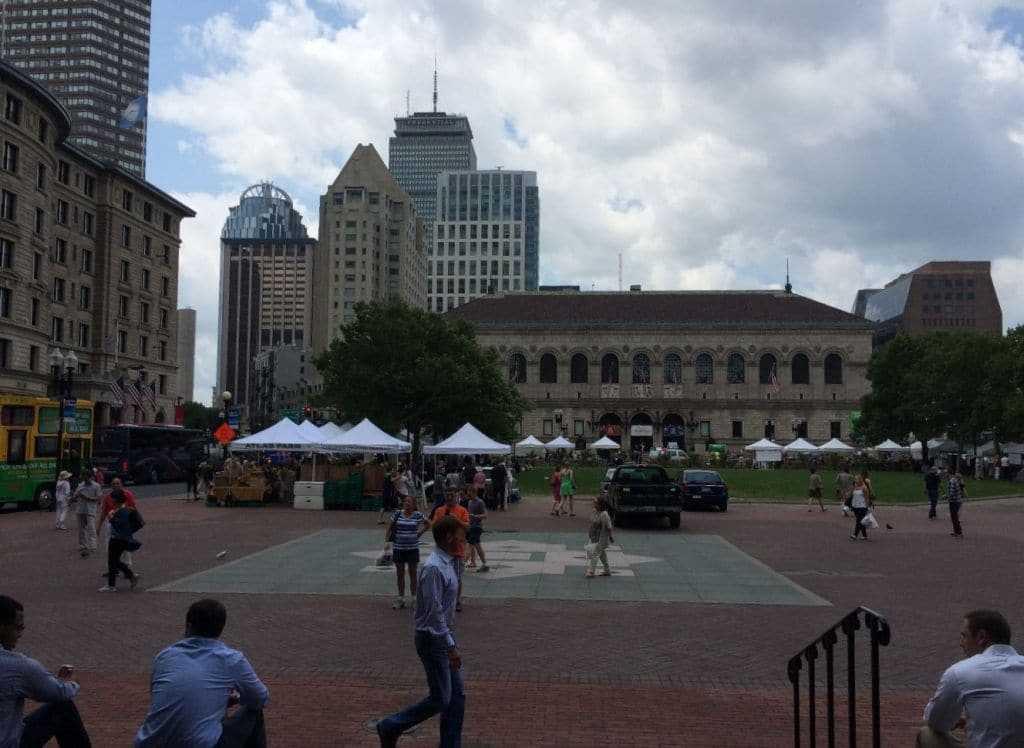 Copley Square ve karşıda Boston Public Library