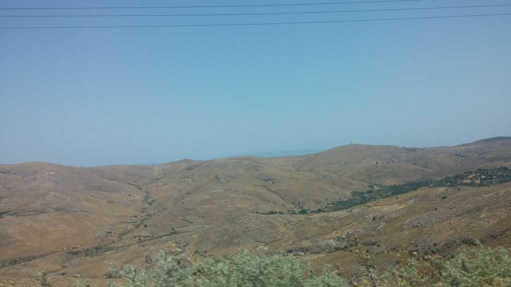 Adanın batısında, Sigri'ye doğru giderken yol manzaraları, milyonlarca yıl önce volkan patlaması sonucu lavlarla örtülmüş araziler, Midilli Adası