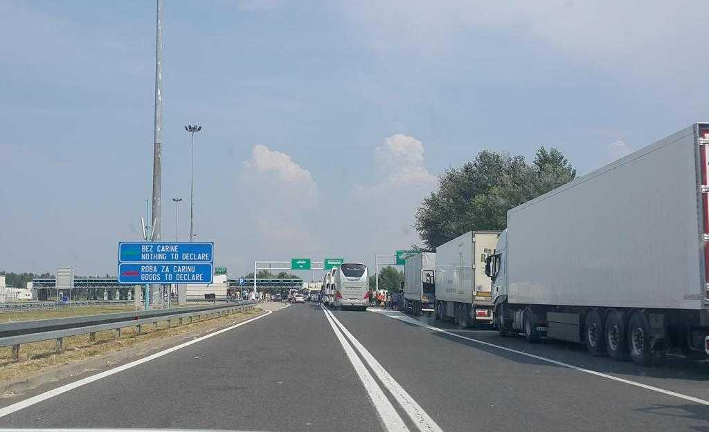 Sırbistan-Macaristan sınırı gözüktü .)