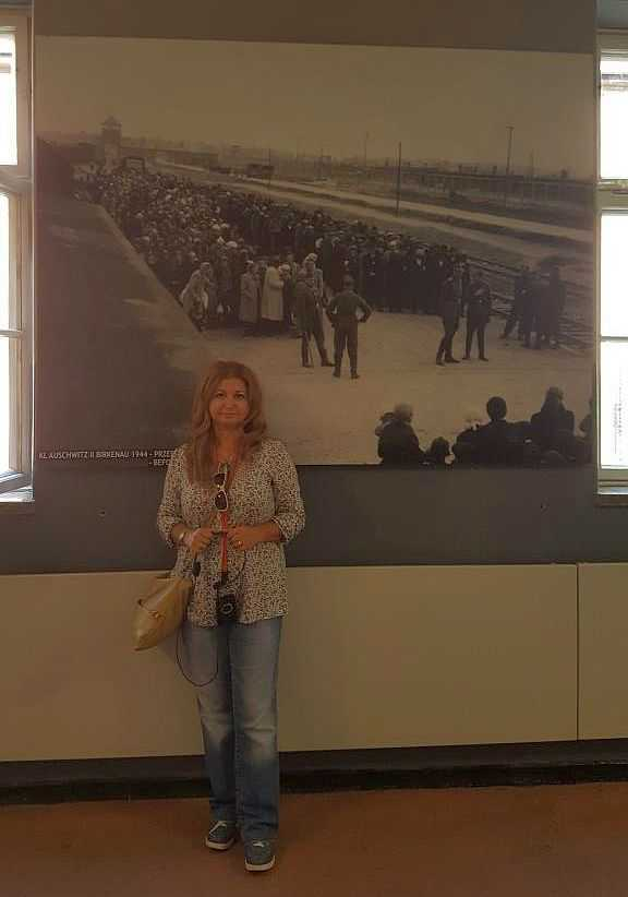 Arka planda Auschwitz Kampına getirilen esirlerin seçim için bekledikleri ana dair bir görüntü