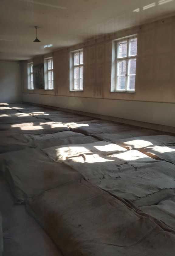 Esirlerin toplu halde yattıkları odalardan bir örnek