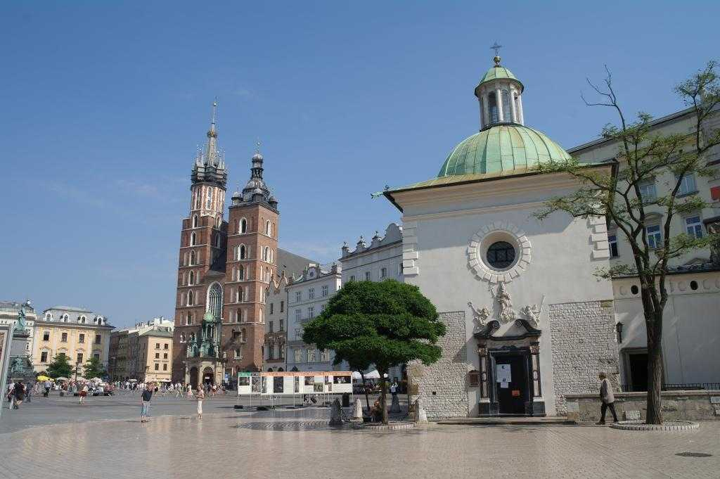 Solda St. Mary's Basilica ve sağda Church of St. Adalbert