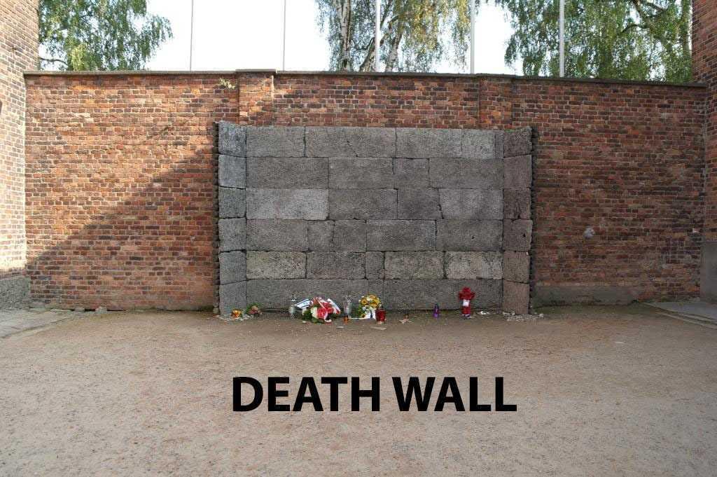 Ölüm Duvarı önüne bırakılmış çiçekler...