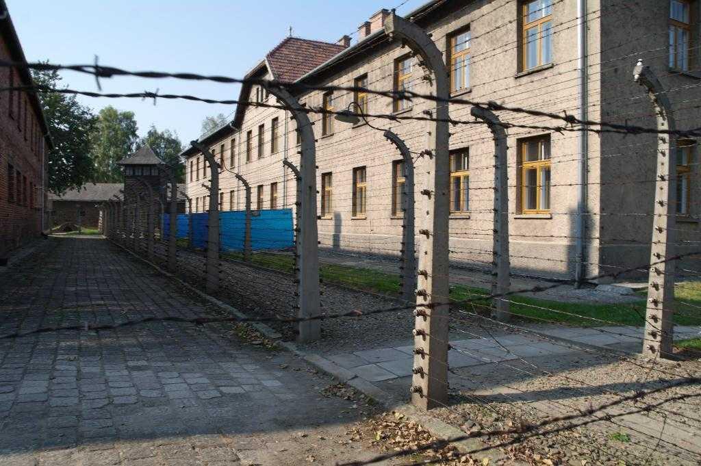 Kamp içindeki barakalar ve dikenli teller
