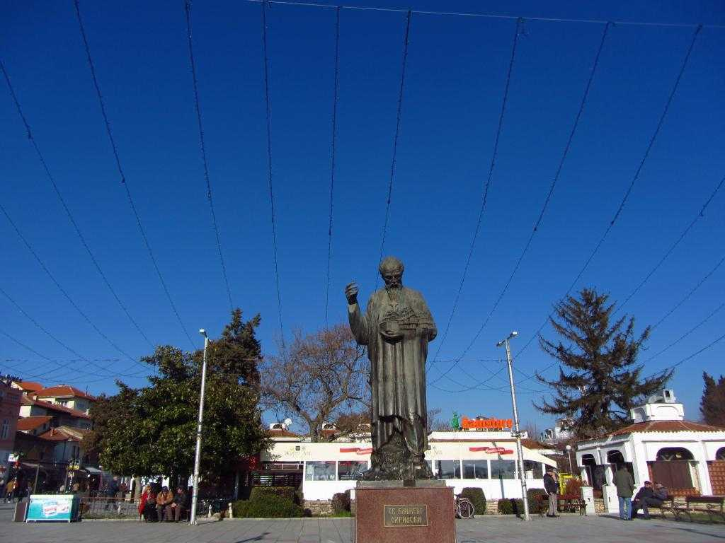 Elinde tuttuğu şehir ile Ohrid'in koruyucusu St.Kliment'in Heykeli, Makedonya