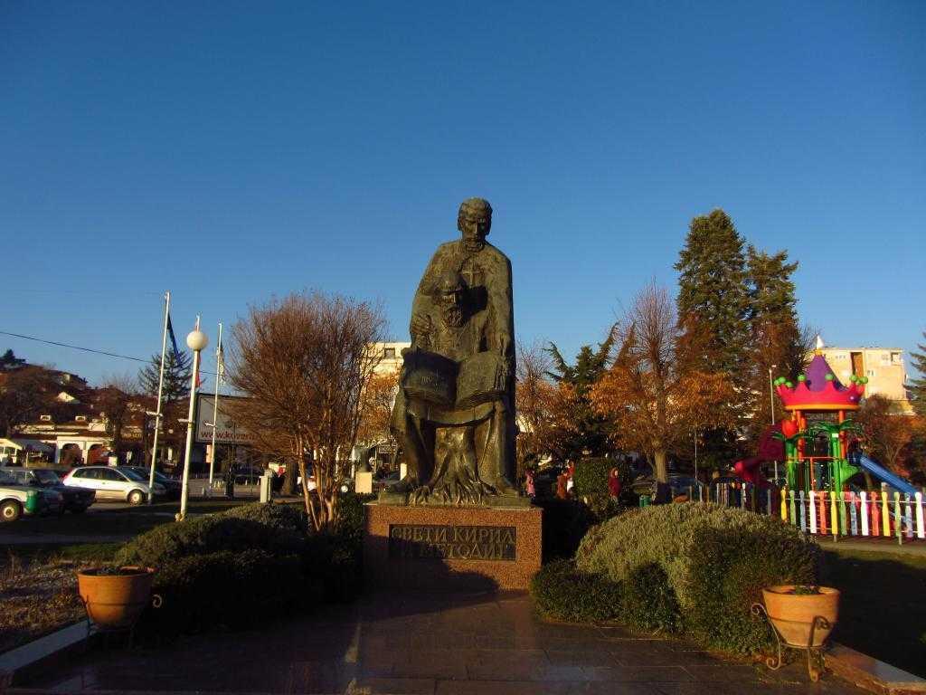 Kril Alfabesi burada bulunmuş, alfabeyi bulan Kril ve Metodius kardeşlerin heykeli Ohrid, Makedonya